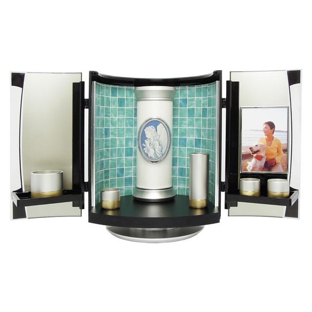 分骨用の骨壺や仏具やご位牌を置ける、小型の仏壇です。