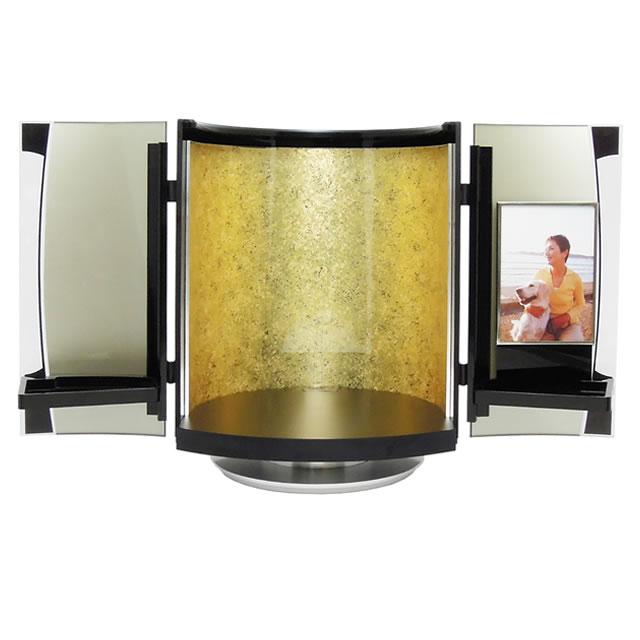 小さい仏壇なので、家の中で簡単に移動させることもできる手元供養品です。