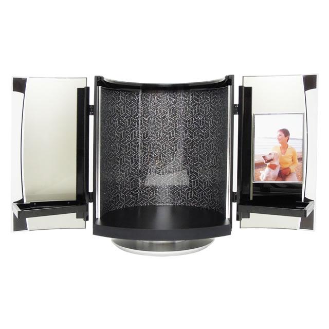 黒く輝く小型仏壇で、最愛の故人の写真を飾り、自宅供養できます。