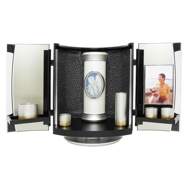 デザイン骨壺と仏具を収納できる、ミニ仏壇です。故人を自宅のリビングで供養できます。