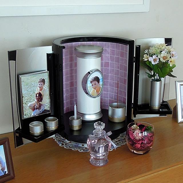 分骨用の骨壺を仏壇に飾って、最愛の故人を供養できます。五具足やご位牌も仏壇の中に置けます。