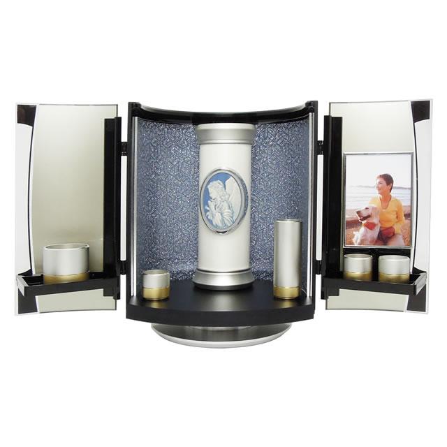 五具足などの仏具やご位牌もコンパクトに収納できる、小型仏壇です。小さなデザイン骨壺とも調和します。