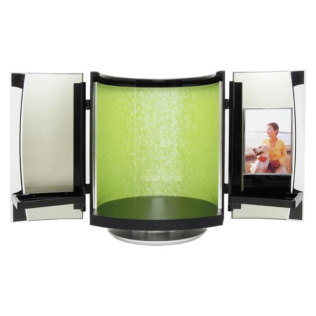 鮮やかな黄緑の若葉色のミニ仏壇です。小型の仏壇なので、狭いスペースでも仏壇を置くことができます。
