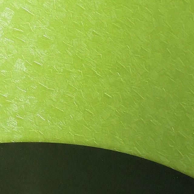 明るい緑色の仏壇で、故人を自宅で供養することができます。