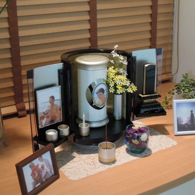 仏具や仏壇といっしょに飾れる、おしゃれな防水骨壺ソレアLサイズ