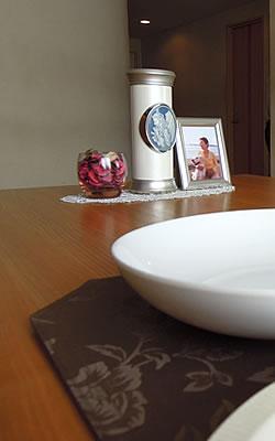 ダイニングテーブルに骨壷を置いても安心してお使いいただけます。