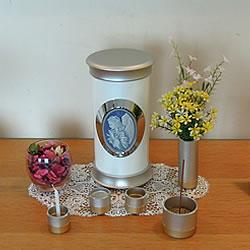 分骨だけでなく遺品も保管できる小型の手元供養骨壺です。