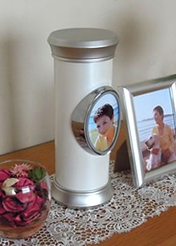 故人を身近な自宅で供養する自宅供養向けのおしゃれな骨壺です。
